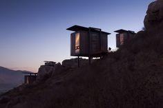 Endémico Resguardo Silvestre es un singular hotel boutique formado por veinte cabañas en forma de cubos casi flotantes en el Valle de Guadalupe (Baja California). Ecolofts los llama Gracia Studio, la firma responsable del diseño