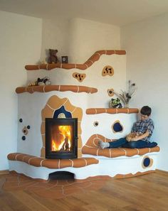 Sobe de lut facute manual Adobe Fireplace, Wood Burner Fireplace, Fireplace Design, Environmental Architecture, Natural Architecture, Rustic Outdoor Spaces, Adobe Haus, Bay Window Living Room, Stair Shelves