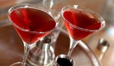 Cóctel de arándano agrio y sake Para la gelatina (para 8 cócteles) Ingredientes  3/4 de taza de sake frío 3 paqueticos de gelatina sin sabor 2 y 1/4 tazas de jugo de arándano agrio (cranberry) Para el cóctel  (2 cócteles aproximadamente) Ingredientes  Cubos de gelatina 2 onzas de jugo de arándano agrio (cranberry) 2 onzas de sake 2 onzas de granadina El jugo de medio limón 2 copas de Martini