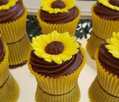 Sunflower Theme Party: Exciting Ideas for Your Event - Cupcakes Sunflower Party Themes, Sunflower Birthday Parties, Sunflower Wedding Decorations, Sunflower Cupcakes, Candy Table, Dessert Table, Mini Cupcakes, Cupcake Cakes, Sunflower Baby Showers