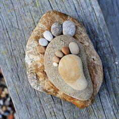 Pebble Stone, Pebble Art, Stone Art, Stone Crafts, Rock Crafts, Land Art, Rock Feet, Art Pierre, Beach Stones