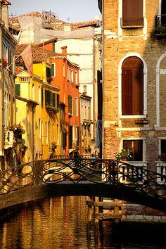 Puente en el sestiere de #Castello, #Venecia http://www.venecia.travel/distritos-de-venecia/ #turismo #Italia