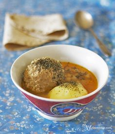 Jumbo meatballs cooked in delicious broth make traditional Azerbaijani meatball soup, or kufte-bozbash. Sprinkle them with dried mint for that added flavor! Russian Recipes, Turkish Recipes, Ethnic Recipes, Soup Recipes, Cooking Recipes, Meatball Soup, European Cuisine, Weird Food, Exotic Food