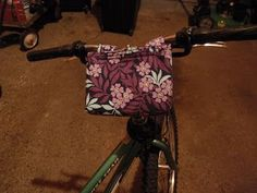 If you do not want to wear a backpack while biking and having trouble holding a purse while pedaling down the streets, it is time to sew up this DIY Bike Basket. Quilting Projects, Sewing Projects, Sewing Ideas, Bags Sewing, Craft Projects, Craft Ideas, Diy Bike, Fabric Crafts, Sewing Crafts