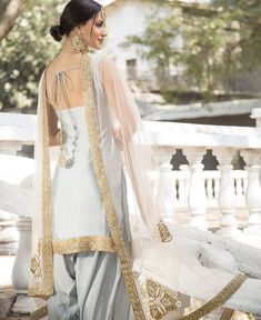Best 12 Light Grey and Pink Embroidered Punjabi Suit features a dhupioni silk kameez, santoon bottom and embroidered net dupatta. Handwork embellishments are present on this style. Indian Suits Punjabi, Punjabi Wedding Suit, Punjabi Suits Party Wear, Indian Attire, Wedding Suits, Punjabi Salwar Suits, Punjabi Girls, Party Suits, Pakistani Suits
