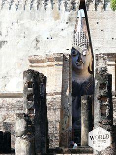 We bezochten in de namiddag het park in Sukothai (Thailand) en speelden verstoppertje met torenhoge Boeddhabeelden die zich vredig ophielden tussen keurig aangelegde groene perken en ruige ruïnes. #Buddha