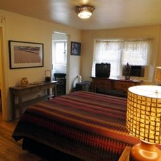 Zia- Bright and charming, this Santa Fe B upstairs corner room has a queen bed; oak floors; lots of sunlight; corner kiva fireplace; pedestal sink in bath; small table with chairs; large closet; cable TV, DSL internet access and phone.