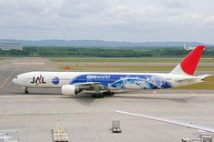 JAL Boeing 777–300 (JA8941) with special Oneworld livery.