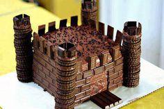 Egy zseniális vár-torta ötlet, igaziból egy egyszerű négyzet vagy téglalap alakú piskótát kell keksszel és csokikockákkal felturbózni: