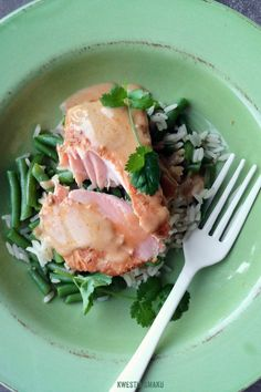 Salmon with Curry Sauce Served on Rice and Green Beans Lactose Free Recipes, Healthy Recipes, Healthy Foods, Gluten Free, Stuffed Pasta Shells, Seafood Recipes, Seafood Meals, Fish And Seafood, Salmon Burgers