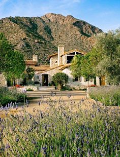 This delightful Mediterranean-inspired home was designed by OZ Architects, located on a private property in Paradise Valley, Arizona. Mediterranean Homes Exterior, Mediterranean Decor, Exterior Homes, Mediterranean Architecture, Paradise Valley Arizona, Mansion Interior, Tuscan House, Building A Deck, Outdoor Spaces