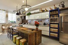 Tendência de Cozinhas com Ilha Central e Ilha Americana! Veja Dicas e Ideias! Mesa de Madeira Rústica servindo de bancada.