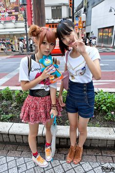 Cute Shibuya Girls w/ High Waisted Shorts, Double Bun Hair & Sing-a-ma-jigs Japanese Street Fashion, Tokyo Fashion, Harajuku Fashion, Kawaii Fashion, Cute Fashion, Korean Fashion, Gyaru Fashion, Fashion Check, Harajuku Style