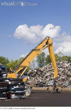 loader_crane_with_a_grappling_arm_and_claw_clamp_in_front_of_scrap_metal_in_recycling_junkyard_que_FLC2127.jpg (433×670)
