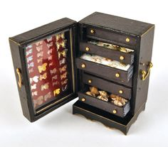 Make a collector's cabinet - Dolls House Magazine - Crafts Institute