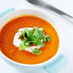Et sandt slaraffenland af grønne lækkerier med et væld af sunde ingredienser. Find inspiration til vegetarmad, grønne frokostretter mv. Free Recipe App, Cream Of Tomato Soup, Vegetarian Recipes, Healthy Recipes, Healthy Food, Jerky Recipes, Cozy Meals, Tomato Soup Recipes, Chili Soup