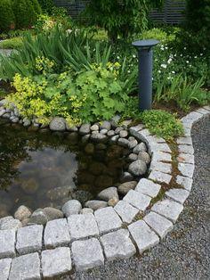 Kaunis vesiaihe, joka on rajattu noppakivillä. http://www.rudus.fi/pihakivet