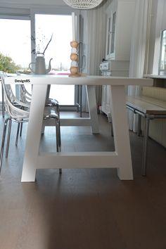 Moderne tafel van eikenhout en staal.  Tafelblad en onderstel zijn leverbaar in diverse kleuren en afmetingen.  https://www.design85.nl/tafel-bos.html