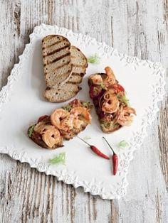 Креветки с фенхелем и томатами на ломте деревенского хлеба