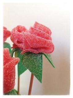 Este año endulzaremos un poco el día de San Valentín con un ramo de rosas comestible. Para ello se necesitaremos:- lenguas de gominola rojas- lenguas de gominol