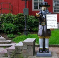 """Rosenbom är en träfigur som står framför Amiralitetskyrkan i Karlskrona åtminstone sedan slutet av 1700-talet. 1956 ersattes den av en kopia gjord av """"Hästö-Kalle"""", men originalet finns att beskåda inne i kyrkan. Figuren är en fattigbössa; den som lyfter på hatten kan skänka en slant."""