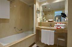 Lujoso cuarto de baño de la Golf Suite Royal en el Oliva Nova Golf & Beach Hotel****
