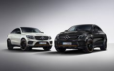 The large 21 AMG light alloy wheels are finished in high-gloss black with a rim flange...