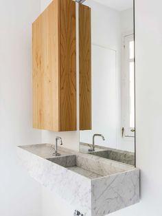 Marmore e madeira no banheiro