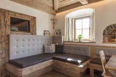 Nett polsterung für eckbank - New Ideas Diy Fireplace, Modern Fireplace, Basement Bedrooms, Home Bedroom, German Decor, Kitchen Ornaments, Corner Bench, Bed Spreads, Home Furniture