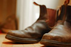 The below pair of boots are Chocolate brown chisel toe Blundstones. What I find appealing about Blundstones, in particular is their approach. Mens Fashion Blog, Men's Fashion, Imaginary Boyfriend, Red Wing Shoes, Shoes World, Mens Gear, White Boots, Beautiful Shoes, Chelsea Boots