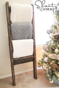 Like the christmas tree DIY-Wooden-Ladder Le Living, My Living Room, Wooden Blanket Ladder, Ladder With Blankets, Wooden Ladder Decor, Wooden Ladders, Quilt Ladder, Diy Ladder, Inspiration Design