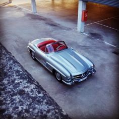 is in love with this beautiful Mercedes-Benz 300 SL Roadster. Do you feel the with him ? Mercedes Benz 300, Classic Mercedes, Transporter, Amazing Cars, Old Cars, Luxury Cars, Super Cars, Ferrari, Jeep