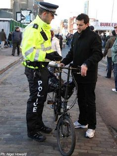 Cyclist asks police for advice at Brick Lane Market.jpg (460×614)