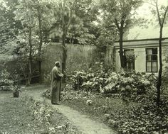 Gustav Klimt in the garden in front of his studio in Vienna VIII, Josefstädter Strasse 21 ca. 1910/Moriz Nähr