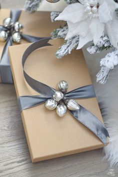 Elegant Christmas Gift Wrapping Ideas You Can Make Yourself Silver Christmas, Elegant Christmas, Christmas Past, Christmas Holidays, Grey Christmas Tree, Christmas Ideas, Present Wrapping, Creative Gift Wrapping, Creative Gifts