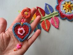 Happy Flower Decoration - This is a pattern/tutorial to show you how to make this Happy Flower wall hanging.