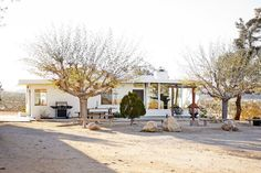 House in Yucca Valley, United States. A beautiful space between Pioneertown and Joshua Tree National Park  A mid-century compound available for year round vacation rental with nearly 360 degree views, a 40 ft salt water pool, jacuzzi. Two fireplaces, one king and one queen bedroom sha...