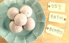 DIY Bath Bombs: Need a break? These homemade fizzies exfoliate dry skin and use aromatherapy to help calm your senses, even after a stressful workweek. It's the perfect at-home spa-night ritual. Plus, who doesn't love a nice relaxing bubble bath? Homemade Gifts, Diy Gifts, Homemade Beauty, Do It Yourself Fashion, Diy Presents, Mo S, Diy Christmas Gifts, Bath Bombs, Diy Beauty