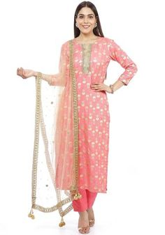 touch of Gold makes us smile.Peach Bhagalpuri soft foil printed Kurti with Gold Kundan border matched with Gold mirror Dupatta is a perfect wear for lunch out with friends or any formal occasion. Side Slit Kurti, Net Kurti, Floor Length Kurti, Silk Kurti Designs, Ladies Sangeet, Ethnic Kurti, Pink Mirror, Printed Kurti, Silk Dupatta