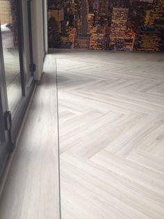 Eichenparkett in Fischgrätenmuster. Timber Flooring, Parquet Flooring, Hardwood Floors, Living Room Flooring, Kitchen Flooring, Moduleo Flooring, Wood Floor Restoration, Floor Design, House Design