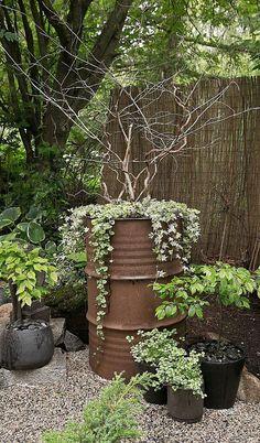Kanskje rengjøre og male tenna som ligger slengt her - og plante i den! Pergola Diy, Garden Types, Garden Paths, Easy Garden, Cheap Garden Ideas, Simple Garden Ideas, Yard Ideas, Front Yard Landscaping, Mulch Landscaping