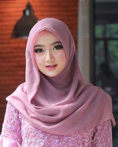Hijab Niqab, Hijab Chic, Hijabi Girl, Girl Hijab, Beautiful Muslim Women, Beautiful Hijab, Dress Brokat Muslim, Hijab Wedding Dresses, Muslim Beauty