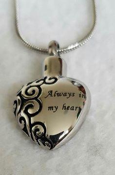 """rvs ashanger in de bekende """"always in my heart"""" uitvoering.Tevens een veelgevraagde as-hangers, door zijn schitterende vorm en prachtige tekst. Deze as-hanger is af te vullen met een symbolische hoeveelheid as.  Prijs op de website"""