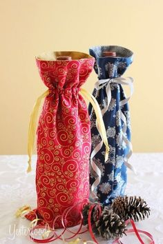 Sewing Gift During the holidays, I like to give bottles of wine or non-alcoholic sparkling cider. A fun way to make these gifts even more special . Wine Bottle Gift, Wine Bottle Covers, Bottle Bag, Wine Bottle Crafts, Wine Gifts, Wine Bottles, Bag Pattern Free, Fabric Gift Bags, Easy Sewing Patterns