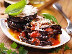 On pourrait croire que les « Melanzane alla Parmigiana » sont un plat typique de la ville de Parme, mais en réalité le nom de cette spécialité de l'Italie du Sud dérive plutôt du fromage utilisé, qui est en fait le parmesan. Je préfère cuire les aubergines au four, au lieu de les frire comme dans la recette originale, pour un résultat moins gras et plus sain, et... moins de travail!