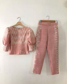 No photo description available. Blouse Batik, Batik Dress, Modern Filipiniana Dress, Myanmar Dress Design, Thailand Fashion, Trendy Outfits, Fashion Outfits, Batik Fashion, Looks Chic