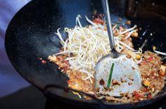 30 главных национальных блюд разных стран мира. Пад Тай является символом тайской кухни. За самыми вкусными его вариациями следует отправиться к торговцам уличной едой. В состав блюда входит рисовая лапша, соус с тамариндом, креветки, жареный арахис и ряд других, дополнительных ингредиентов. Готовится пад тай в воке методом быстрой обжарки.