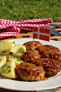 danish meatballs brown sauce gravy recipe frikadeller brun sovs how to make denmark food dish main course delicious tasty scrumptious best traditional authentic inherited Danish Cuisine, Danish Food, Meat Recipes, Cooking Recipes, Meatball Recipes, Barbecue Recipes, Cooking Tips, Cleaning Recipes, Beef Dishes