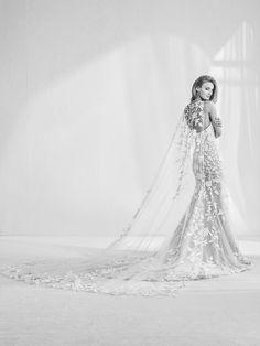 Vestido de novia con capa y pedrería
