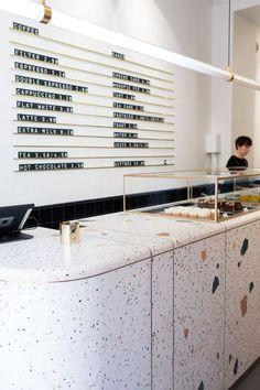 Matériau composé de pierres naturelles ou de marbre coloré mélangé à du ciment, le terrazzo effectue un grand retour et donne lieu à des décors éclatés!
